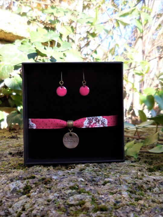 coffret bijoux, bracelet tissu provençal gris à fleurs, pendentif chance, avec boucles d'oreilles en émail rouge. made in france, fait-main, handmade, made in provence
